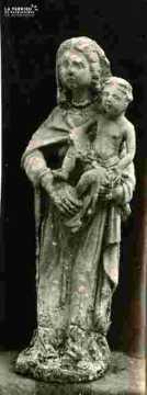 Porche latéral avec statue