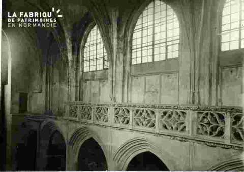 Saint Sauveur le vieux, Arcades et balustrade à droite
