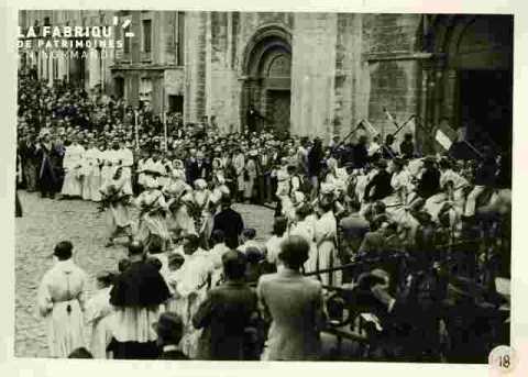 Fêtes Provençales.Entrée à l'église pour la messe en musique