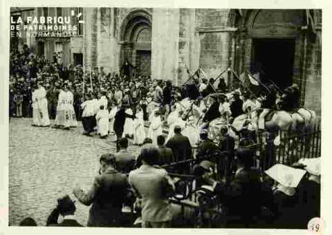 Fêtes Provençales.Sortie de la messe