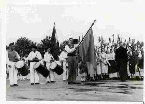 Fêtes Provençales. Le salut au drapeau au monument aux morts