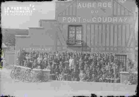 Groupe d'adultes devant un bâtiment, très abimé