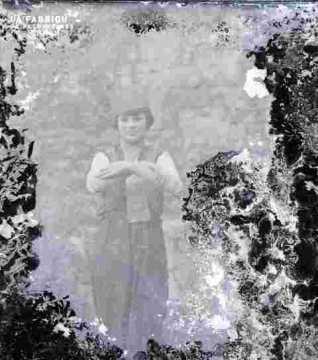femme avec toque dans jardin, très ab