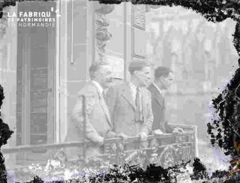 3 hommes à un balcon, très ab