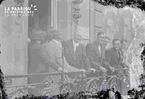 hommes à un balcon, très ab