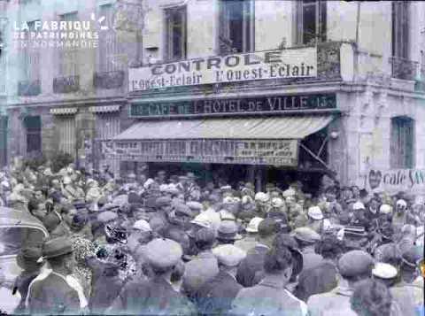 """foule devant contrôle """"""""L'Ouest-Eclair"""""""""""