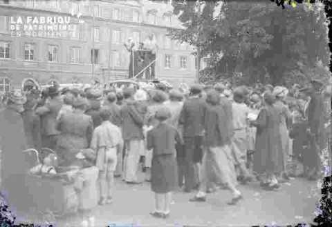 foule devant ancienne mairie ?