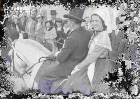 couple costume et accessoireumé à cheval dans foule, très ab