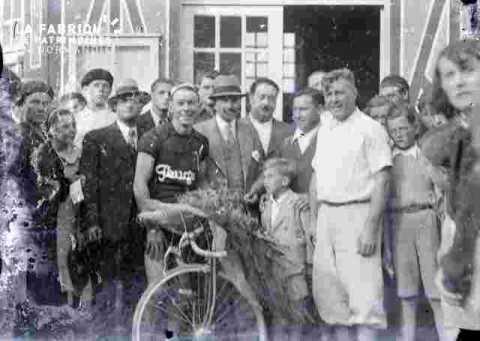 cyclisme coureur entouré