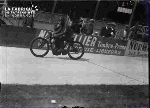 cyclisme, motard ouvrant la course