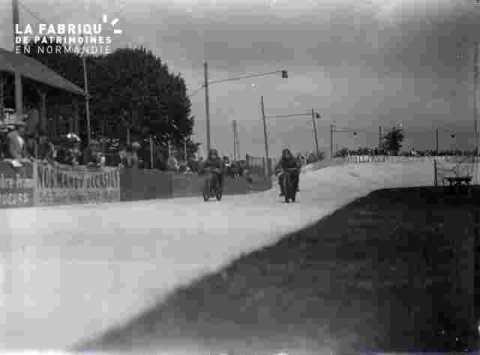 cyclisme, motards à l'entrée du stade