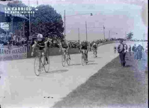 cyclisme, cyclistes à l'entrée du stade