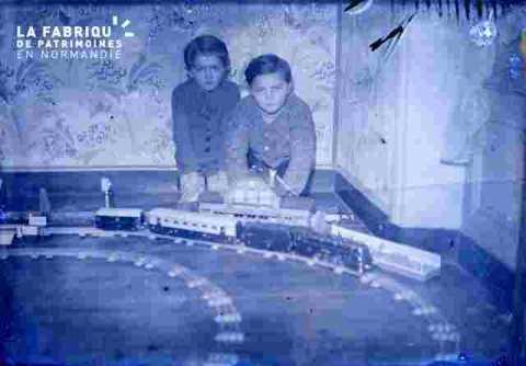 deux enfants jouent au train électrique