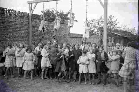 Enfants dans une cour d'école