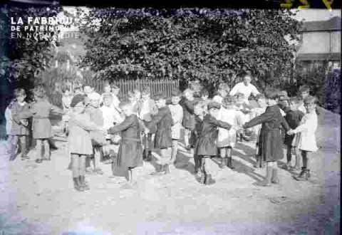 Enfants dans une cour d'école en ronde