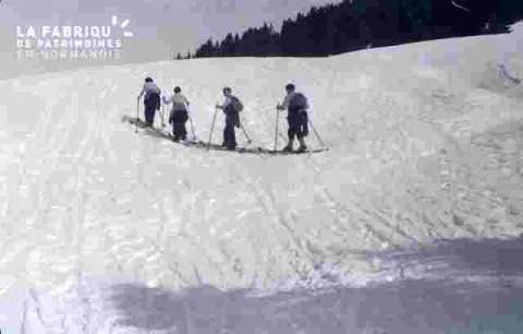 groupe progressant sur le flan de la montagne