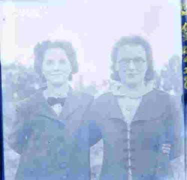 Odette et Marie-Louise Criquet au jardin