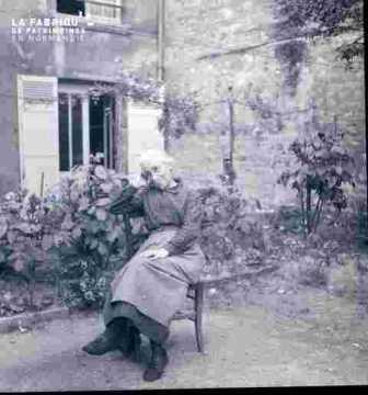 Mémère assise au jardin