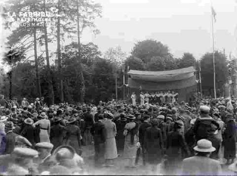 Foire,  la foule et scène folklorique