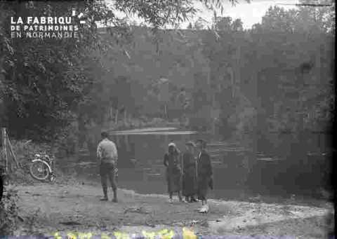 Paysage avec rivière,  bois et groupe