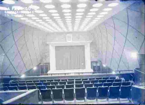 """Salle du cinéma """"""""Normandie"""""""" parterre-sièges"""