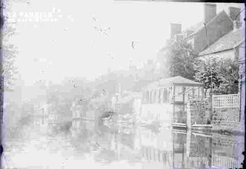 Canal ou rivière bordée de maisons