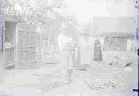 Famille Marie-Louise dans une cour de ferme