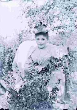 Jeune fille en sous-bois en tenue de fête