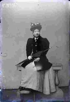 Femme assise en tenue de sortie