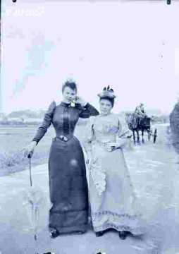 Deux femmes  en promenade en campagne