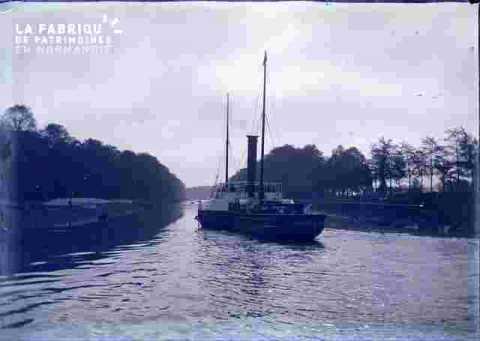 Canal ou fleuve avec bateau