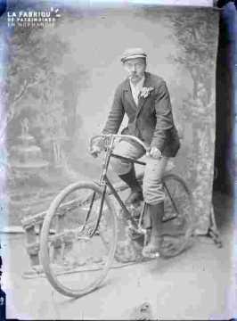 Homme en vélo, décor de revue