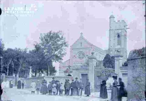 Eglise et groupe endimanché