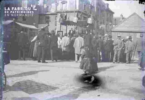 Groupe en costume et accessoireume début de siècle sur place publique