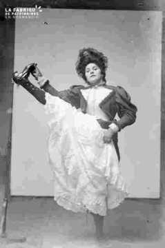 Femme en costume et accessoireume début de siècle, revue ?