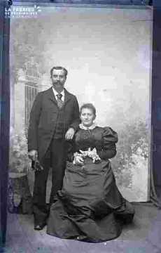 Couple en costume et accessoireume début de siècle