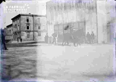 rue avec cheval et passants début de siècle