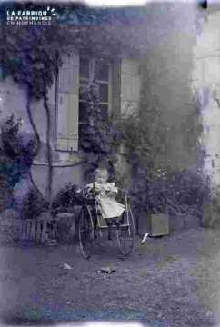 Enfant dans poussette début de siècle