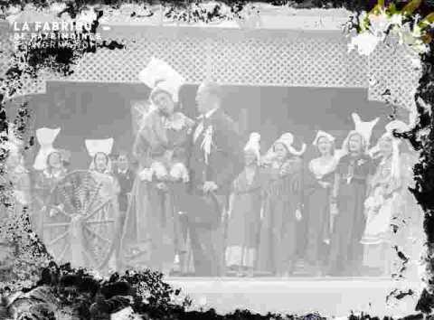 Spectacle en costume et accessoireumes normands sur scène