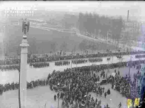 Fête de l'armistice.Monument & foule