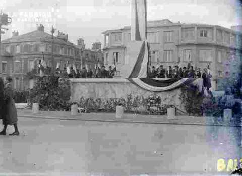 Fête de l'armistice.Gerbes sur le Monument