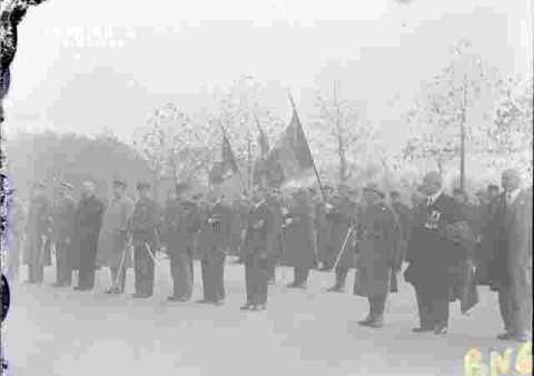 Fête de l'armistice.Anciens et drapeaux
