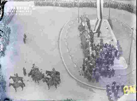 Fête de l'armistice.Autour du Monument