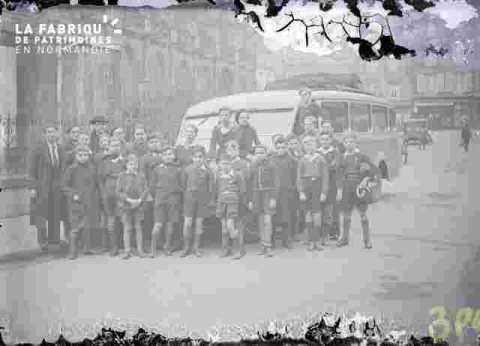 (très abimé) groupe devant autobus