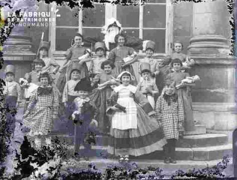 Fête Scolaire (Très abimé)groupe costume et accessoireumé  sur les marches du théatre