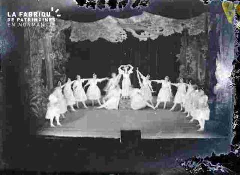 Fête Scolaire (Très abimé)groupe costume et accessoireumé  sur scène