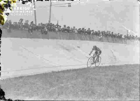 Cyclisme  Au vélodrome de Venoix         (abimé)