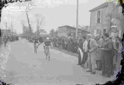 Cyclisme  En ville (abimé)