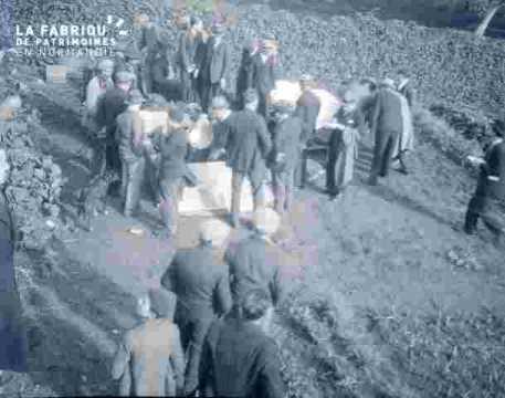 officiels autour de la tombe