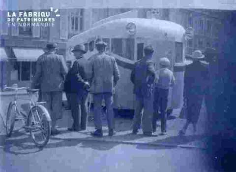 Caravane-bureau sur une place publique